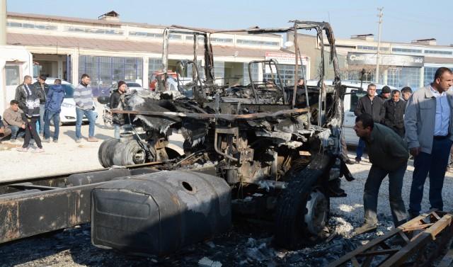 Nusaybin'de iki araç ateşe verildi