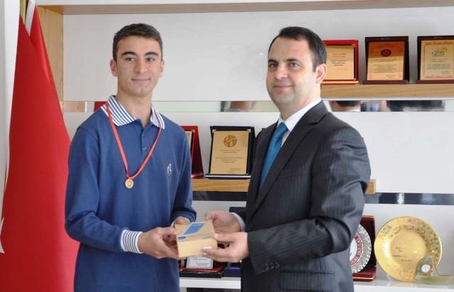 Kaymakam Ermiş YGS Türkiye 28'incisini altınla ödüllendirdi