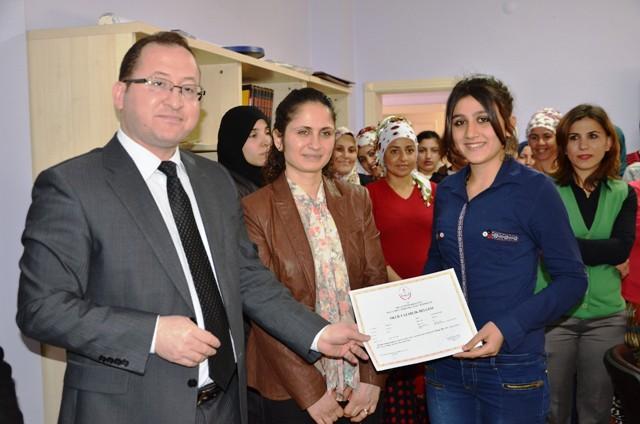 Iraklı ve Suriyeli kadınlara Türkçe okuma yazma sertifikası