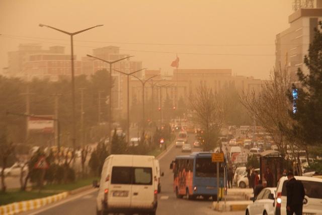 Toz bulutu Mardin'de hayatı olumsuz etkiledi