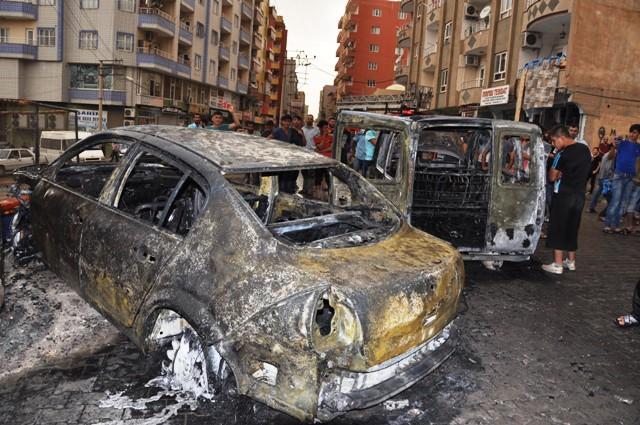 Trafoya yıldırım düştü, 2 araç yandı