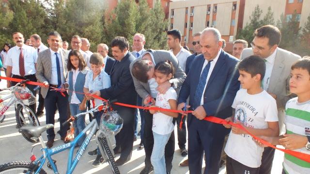 Öğrencilere bisiklet ve kask dağıtıldı
