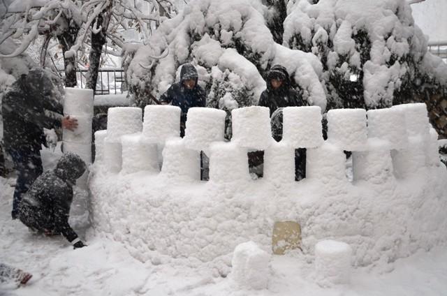 """Mardin'in tarihi kimliğine """"kardan kaleyle"""" dikkati çektiler"""