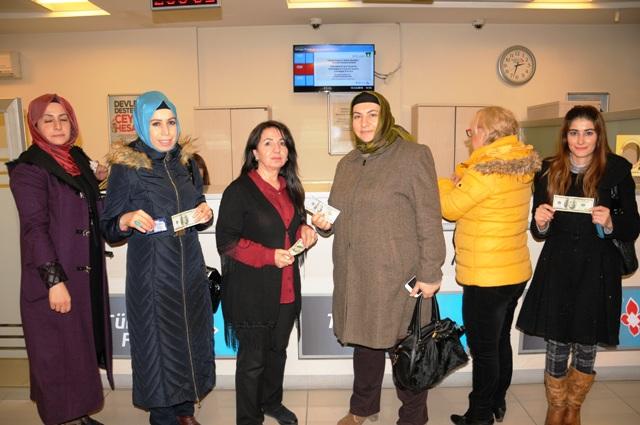 AK Partili kadınlar dolarlarını bozdurdu