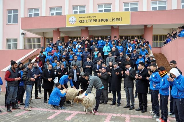 Kızıltepe'de yeni yapılan lise için kurban kesildi