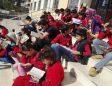 Öğrenciler okul bahçesinde kitap okudu