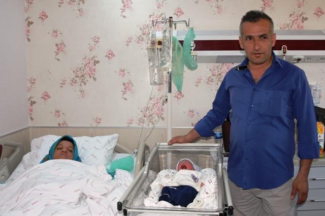"""26 yıl sonra evlat sahibi olan çift  bebeğine """"Ömer Halis"""" ismini verdi"""