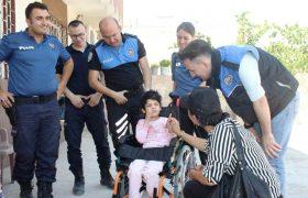Polisten engelli çocuklara tekerlekli sandalye