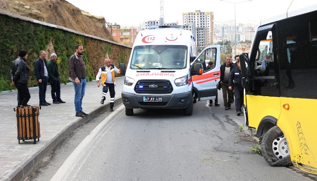 Yolcu minibüsü refüje çarptı: 8 yaralı