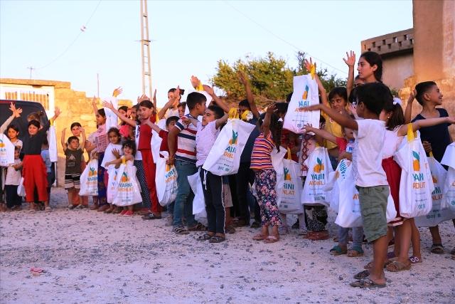 Çocuklara oyuncak ve giysi yardımı
