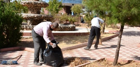 Dargeçit'te parklarda temizlik çalışmaları devam ediyor