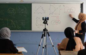 Öğretmenler, uzaktan eğitim derslerini sınıflarında işliyor